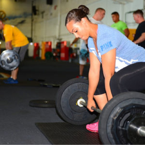 Fitness - ragazza in palestra con bilancere_H500